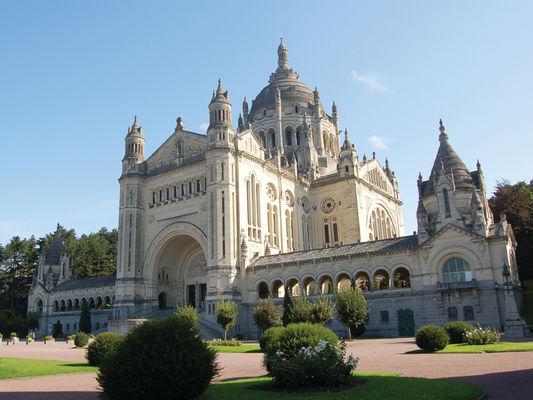 Basilique-Sainte-Therese-Li1