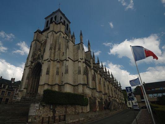 Eglise Saint Jacques Lisieux  drapeaux photo D.Lucas OT Lisieux