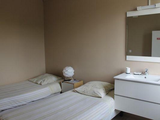 Hôtel Le Bellevue à Lisieux Chambre twin et lavabo