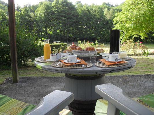 Karibu Normandy Chambre d'hôtes à Saint-Désir pres de Lisieux petit-déjeuner en extérieur