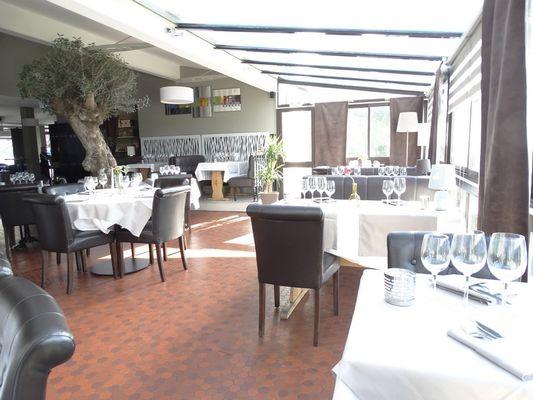 L'avenue tables ensoleillées