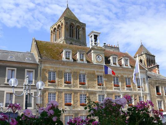 Mairie et église abbatiale de Saint Pierre sur Dives
