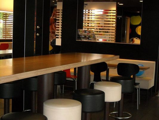 Restaurant-McDonalds-Lisieux (table)