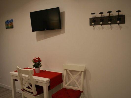 Table à manger TV côte fleurie 22 rue des blanches portes