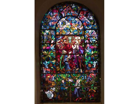 Grand vitrail de l'église du Graal