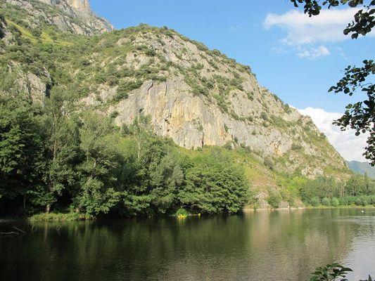 l'ariège et ses canoës sur le lac de Sinsat