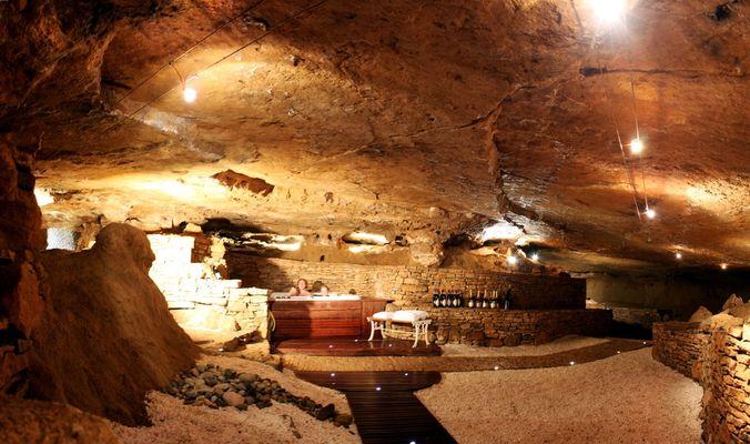 Détente dans le jacuzzi de la grotte