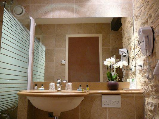 salle de bain en pierre de bourgogne