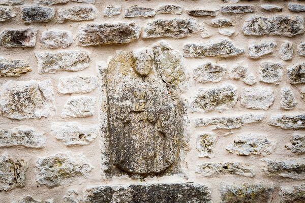 Stèle gallo-romaine insérée dans la muraille dans la cour intérieure du château