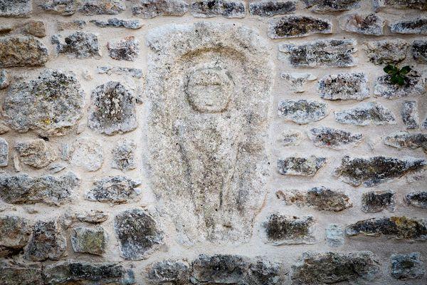Mercure gaulois inséré dans la muraille dans la cour intérieure du château