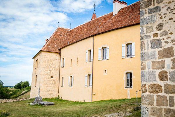 Château façade Sud devant le parvis de l''église de JOURS-EN-VAUX
