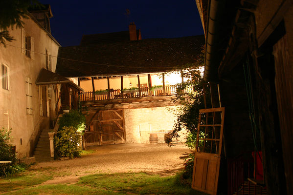 Cour fermée by night