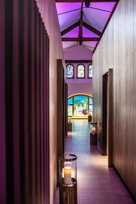 Couloir cabines et vitrail Spa Marie de Bourgogne - Le Cep Beaune © Clément Bonvalot-3