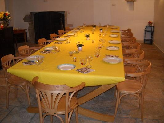 Table de banquet dans ancienne cuverie
