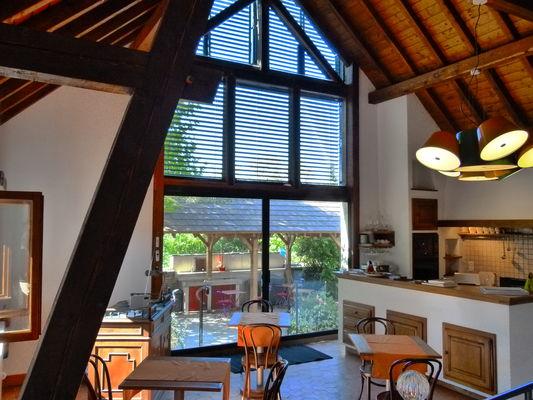 Baie vitrée sur court - Salle du petit-déjeuner