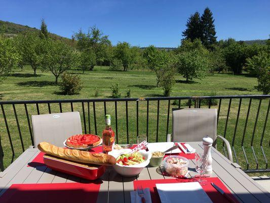 Lunch sur la terrasse au soleil
