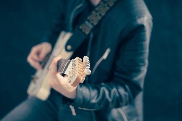 guitarist-768532-960-720-134501