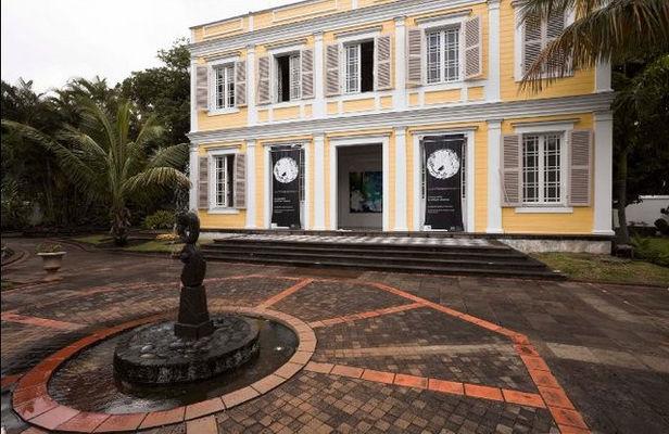 Cette grande propriété a des dépendances et un magasin bordant la rue Roland Garros - Artothèque