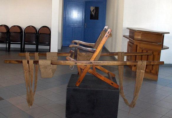 Chaise à porteur exposée à l'antenne de Cilaos de l'OTI Sud - Office de Tourisme de Cilaos