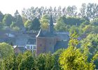 Vue sur l'église fortifiée de Plomion < Thiérache < Aisne < Picardie