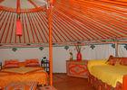 Yourte_interieur_lit_orange < Ambleny < Aisne < Picardie