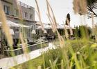 La terrasse et le jardin de l'hôtel