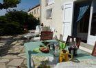 espace terrasse avec salon de jardin pour moments de détente