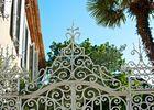 chateau de siran : entrée par la grille du jardin