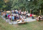 Camping-Les-Etangs-La-Richardais-tables-festives-jour