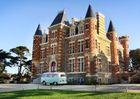 Hotel-Le-Nessay-Saint-Briac-facade-avec-van