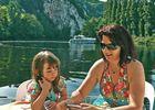Famille sur terrasse devant Saint-Cirq-Lapopie © Lot Navigation