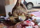 Marché Montfort - jambons de Bayonne