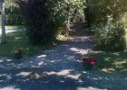 Camping La Croix Badeau - petit chemin entre les emplacements