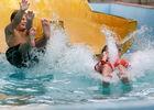 Enfants dans le toboggan d'une piscine