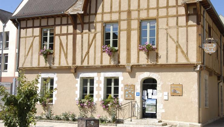 Maison de pays abritant l'Office de Tourisme du Chaourçois et la bibliothèque municipale de Chaource.JPG