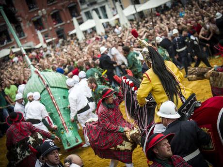 De rituele Ducasse van Mons