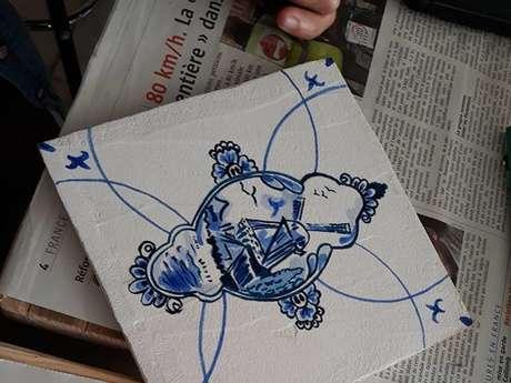 Atelier Bleu de Delft. Création d'un carreau de faïence