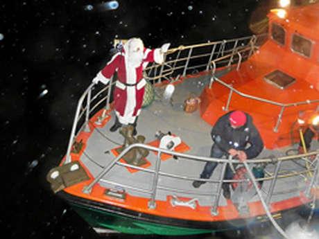 Arrivée du Père-Noël marin sur le bateau de la SNSM