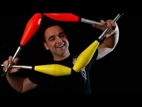 Spectacle burlesque de jonglerie