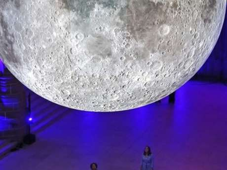 "Luke Jerram Installation Monumentale : ""Fly me to the Moon"""