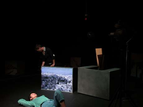 Théâtre : Une bouteille sur le sable