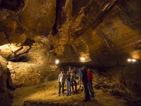 Spéléologie dans la grotte supérieure des Echelles