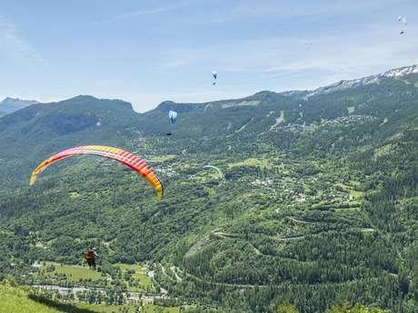 Compétition de marche et vol en parapente