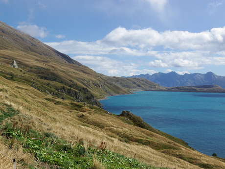 Sentier en bordure du lac du Mont Cenis