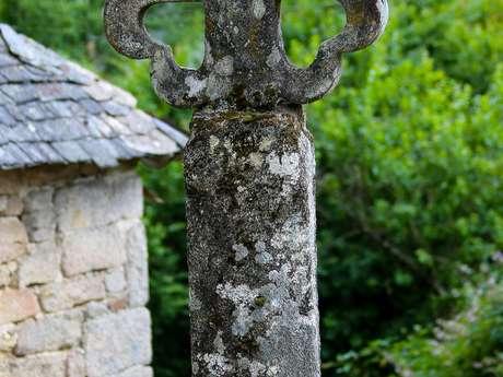 Croix de chemin fleurdelisée