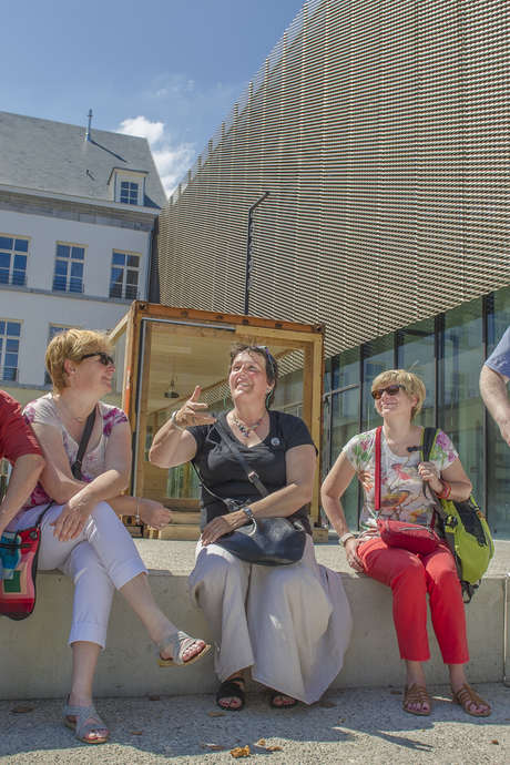 Greeters: Combining a sharing and fun sightseeing experience