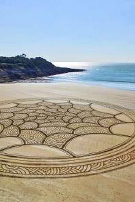 Fresque de sable : Dragon, Calais Réinvente l'été