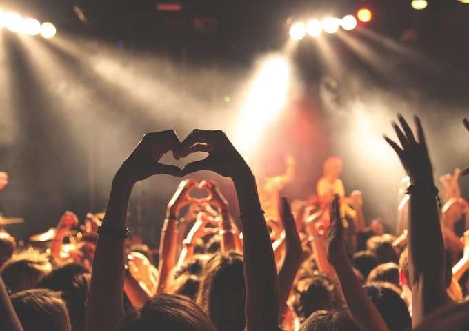 Concert LAZY et COVER TRUST